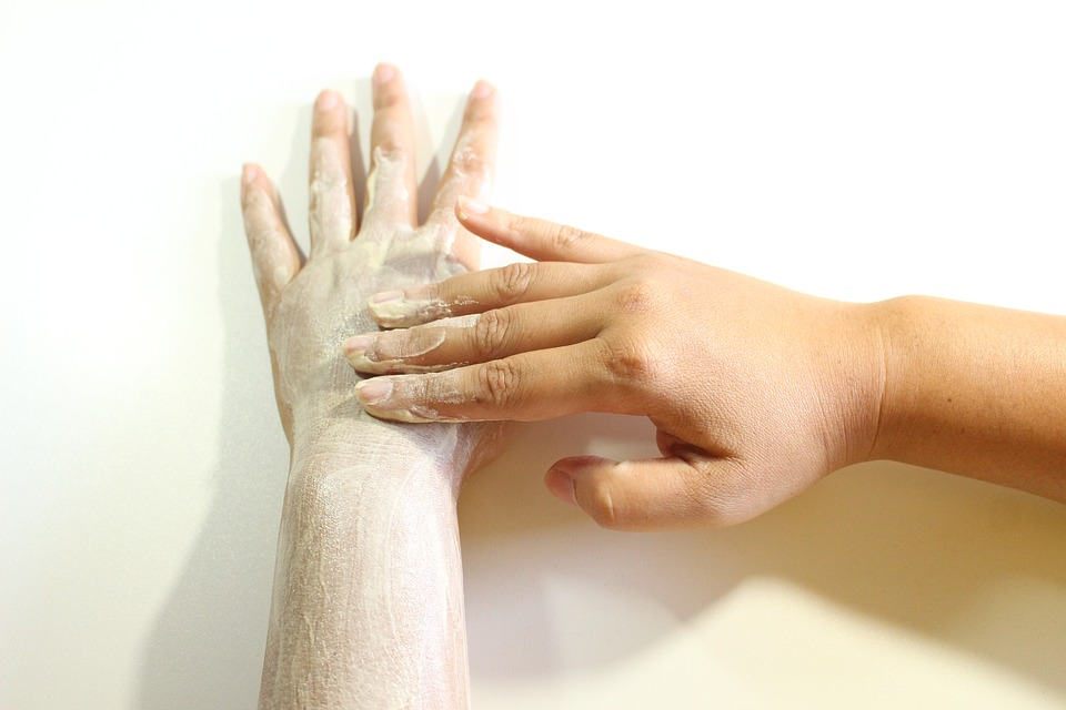 Jak dbać o przesuszoną skórę zimą