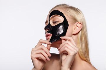 Jak wykonać w domu oczyszczającą maseczkę z węgla? - Blog Kosmetyczny